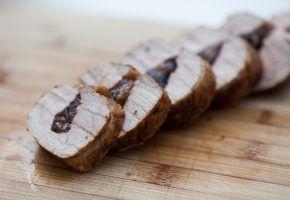 culinária: porco com ameixas secas
